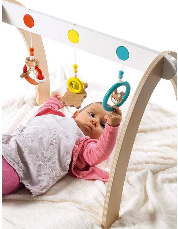 Le portique pour bébé possède des jeux d'éveil pour stimuler votre bout de chou.