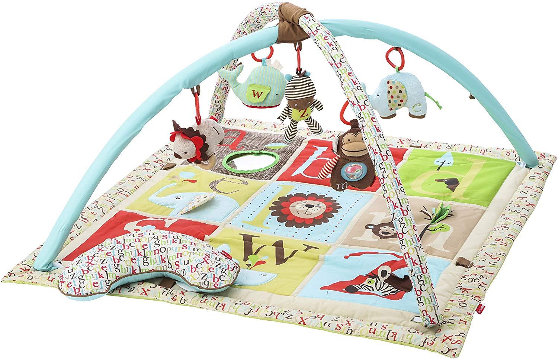 Le tapis de jeu bébé Skip Hop ABC possède un arche de jeu avec 5 jouets amovibles.