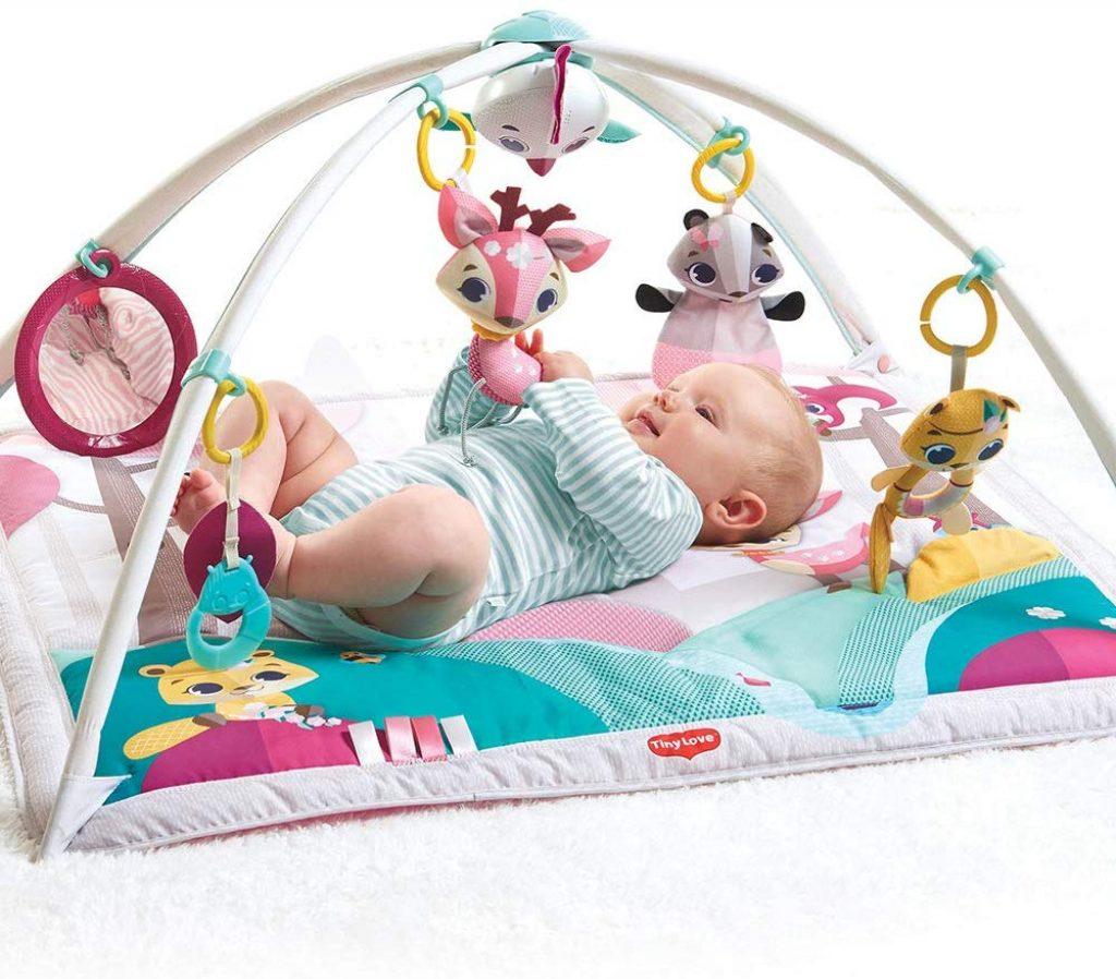 Le tapis d'éveil pour fille Tiny Love de la collection Princesse possède des couleurs attrayantes.